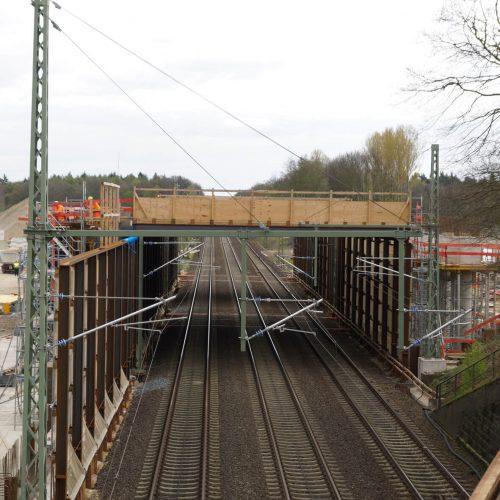 Im Dezember 2016 begannen die Arbeiten für den Neubau des Kreuzungsbauwerks Gümmerwald; ab Januar 2017 wurde die Pfahlkopfplatte betoniert.  Foto: ULMA