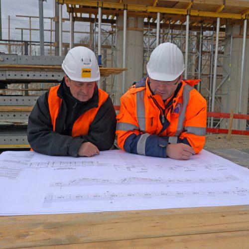 Züblin-Polier Frahm und ULMA-Projektmanager Heppe haben das Schalungskonzept während der Bauzeit immer weiter optimiert. Foto: ULMA