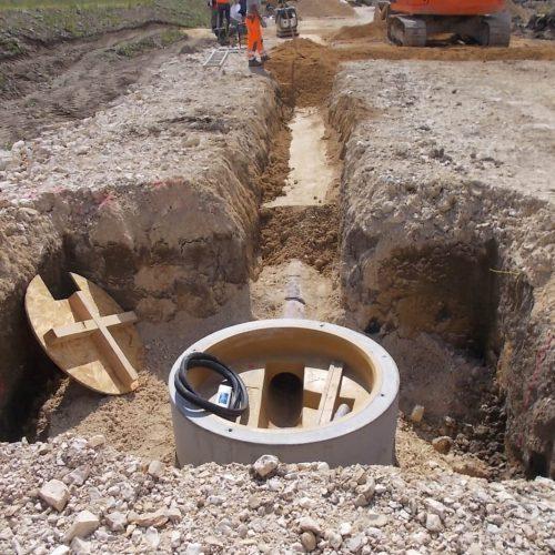 Beton trägt zur erforderlichen Auftriebssicherheit und zur Verschiebesicherheit des Schachtes bei. Die PU-Auskleidung des Unterteils sorgt für eine erhöhte Qualität im Gerinne. Foto: Funke Kunststoffe GmbH