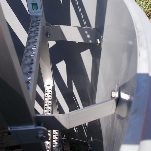 Auf Wunsch wird das Steigrohr ab Werk bereits mit einer Edelstahlleiter ausgestattet, die mittels spezieller Verankerungen im Steigrohrmantel abstiegs- und aufstiegssicher vormontiert ist. Foto: Funke Kunststoffe GmbH