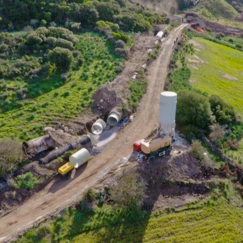 Aus Baugruben in Kurvenbereichen wurden die GFK-Rohre in die unterirdischen Abschnitte der Druckrohrleitung eingezogen. Foto: Rotech