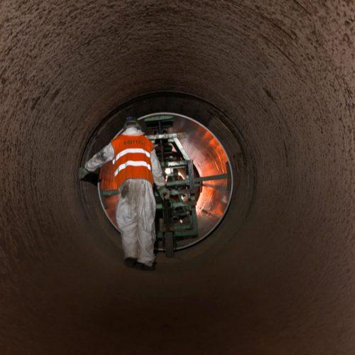 GFK-Rohre in Baulängen von 4 und 6 m wurden entsprechend des Verlegeplans in die zu sanierenden Haltungen eingezogen. Foto: Rotech