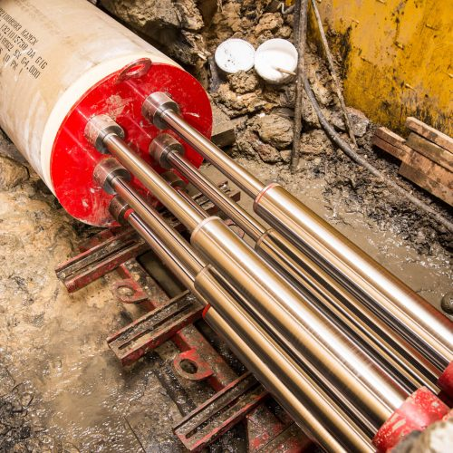 Das Berstlining-Verfahren bricht die alte Rohrleitung auf und verdrängt sie in den umgebenden Baugrund. Gleichzeitig wird ein neues Rohr gleicher oder größerer Nennweite eingezogen. Foto: Sanierungstechnik Dommel GmbH