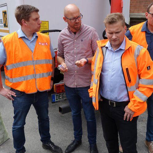 Gespannt verfolgen Nils Hoppe, Hergen Schütt und Tobias Quell (v. re.) den Einbauvorgang. Foto: DIRINGER & SCHEIDEL ROHRSANIERUNG