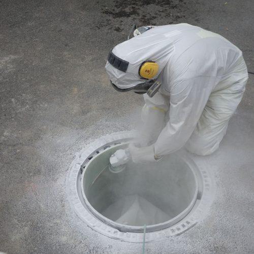 Nach der Aushärtung wird der Vertiliner® unterhalb der Schachtabdeckung abgefräst. Foto: DIRINGER & SCHEIDEL ROHRSANIERUNG