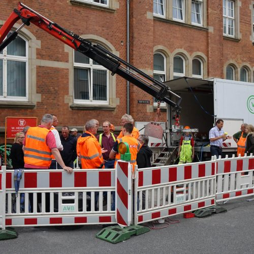 Reges Interesse: Kommunale Auftraggeber und Vertreter von Ingenieurbüros verfolgten den ersten Einbau eines Vertiliners® in Bremerhaven. Foto: DIRINGER & SCHEIDEL ROHRSANIERUNG