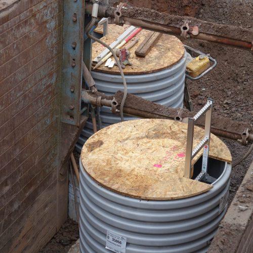Die begehbare Schutzplatte aus Holz, mit der das Bauwerk während der Bauphase gesichert wird, ist im Lieferumfang enthalten. Foto: Funke Kunststoffe