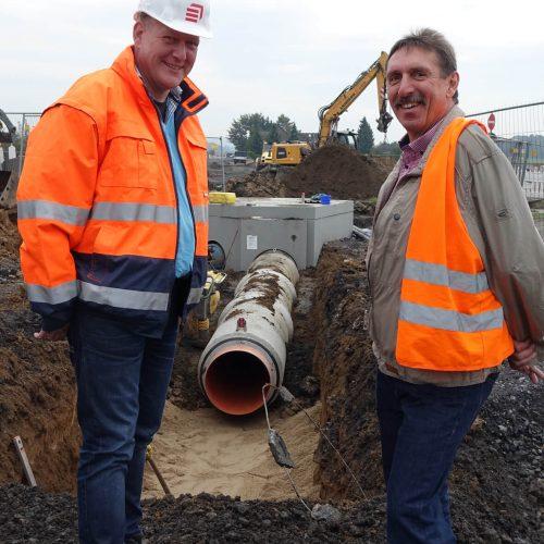 Bauleiter Torsten Gerres (l.) und Fasel-Fachberater Rüdiger Göbel sind zuversichtlich, dass die Verlegung des Kanalrohrsystems reibungslos und termingerecht abgeschlossen werden kann.  Foto: Gebr. Fasel Betonwerke GmbH