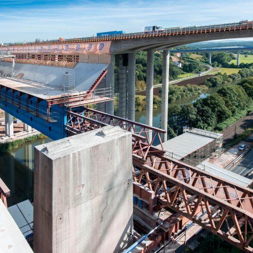 Bei den Abbrucharbeiten hatte die Sicherung der unter der Brücke liegenden Infrastruktur, bestehend aus Wasser, Bahn, Straße, oberste Priorität. Foto: thyssenkrupp Infrastructure