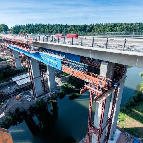 Während des Rückbaus wurden Gerüste als Last- und Hilfskonstruktion um die Brückenpfeiler gesetzt. Foto: thyssenkrupp Infrastructure