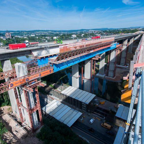 Der Bauschutt wurde von der das Vorschubgerüst umgebenden Schalung aufgefangen und über die noch bestehenden Brückenteile abtransportiert. Foto: thyssenkrupp Infrastructure