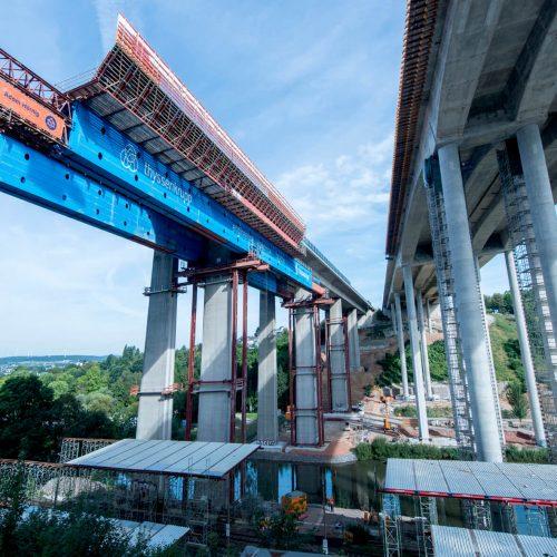 Nach der Eröffnung der neuen Lahntalbrücke im Dezember 2016 begannen die Abbrucharbeiten am alten Bauwerk (li.). Foto: thyssenkrupp Infrastructure