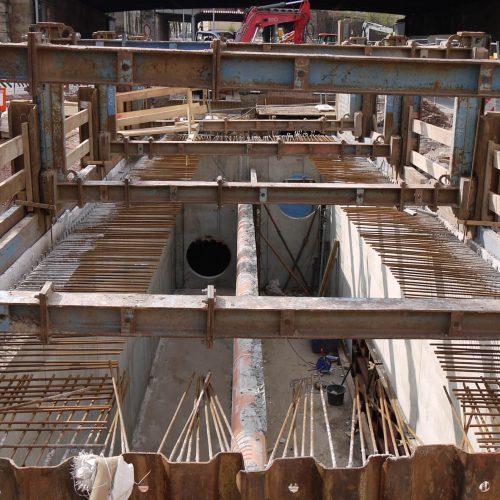 Nach dem Aushärten der Sohle konnte mit dem Bagger die Position der Laufwagen entsprechend den statischen Vorgaben des Herstellers verändert werden, um den nötigen Arbeitsraum für die Betonage der Wände herzustellen. Foto: thyssenkrupp Infrastructure