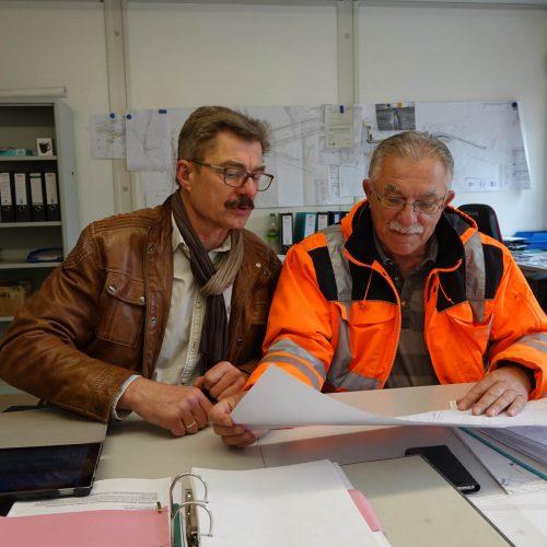 EUROVIA-Bauleiter Gerd Hetmank (re.) und Fachberater Fritjof Heiland bei der Baubesprechung. Foto: thyssenkrupp Infrastructure