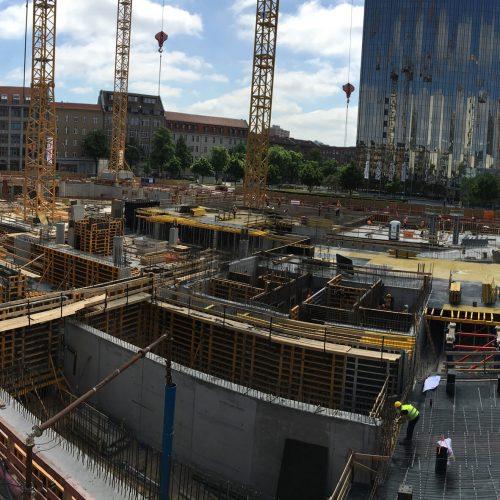 Springer-Neubau in Berlin: Zurzeit entstehen die unteren Geschosse des außergewöhnlichen Baukörpers, dessen oberer Teil im Endausbauzustand an einer Transfertragwerk-Konstruktion hängt. Foto: ULMA