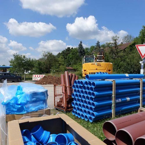 Farblich gut zu unterscheiden sind die blauen Regenwasserleitungen und die braunen Schmutzwasserleitungen des HS®-Kanalrohrsystems der Funke Kunststoffe GmbH. Foto: Funke Kunststoffe GmbH