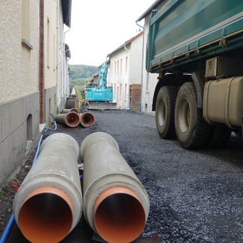 Bei der Verlegung der FABEKUN®-Kanalrohre und -Schächte in der nur 7 m breiten Walter-Liebig-Straße ist Maßarbeit gefragt.  Foto: Gebr. Fasel Betonwerke GmbH