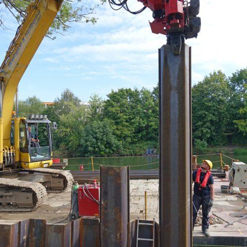 Im weiteren Verlauf der Rammarbeiten wird der Seitengreifen am oberen Ende der Profile angesetzt. Foto: thyssenkrupp Infrastructure