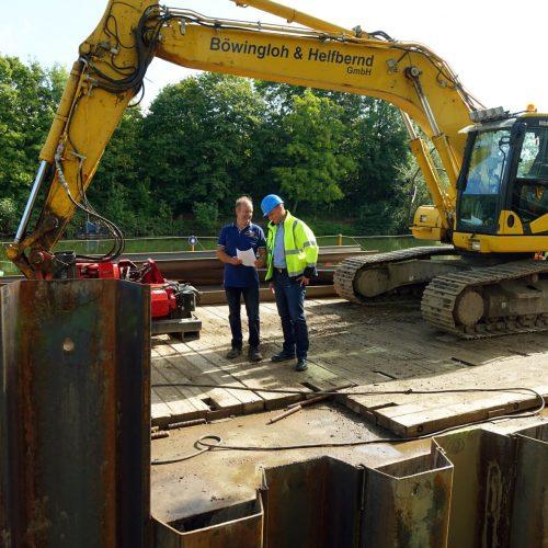 Oberbauleiter Schebaum (li.) und Bruno Tech bei der Baubesprechung. Foto: thyssenkrupp Infrastructure