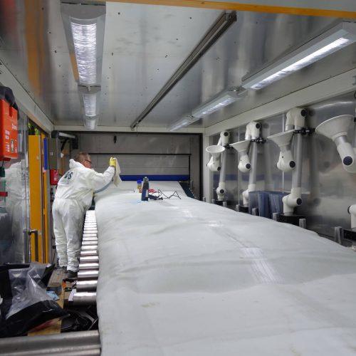 Die RS BlueLine-Technologie wurde speziell für die grabenlose Sanierung von Druckrohrleitungen im Trinkwasserbereich entwickelt. Der bogengängige Schlauch wird unmittelbar vor dem Einbau vor Ort mit einem Zweikomponenten-Epoxidharz imprägniert und kalibriert. Dies geschieht in einer mobilen Tränkanlage und unter definierten und reproduzierbaren Qualitätsbedingungen.  Foto: DIRINGER&SCHEIDEL ROHRSANIERUNG