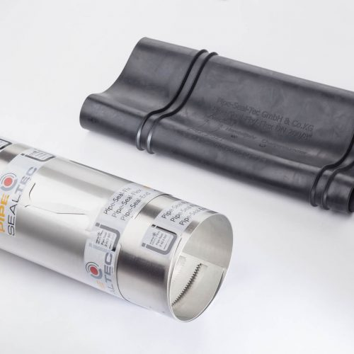 Mit der Erweiterung des Nennweitenbereichs der flexiblen Edelstahlhülse Pipe-Seal-Flex bis DN 600 kann Pipe-Seal-Tec den gesamten Nennweitenbereich DN 200 - 600 bedienen. Das Rohrinnendichtsystem dient der Reparatur von Freispiegel- und Druckrohrleitungen und kann bei Muffenversätzen, Achsabwinklungen und Dimensionswechseln eingesetzt werden.  Foto: Pipe-Seal-Tec
