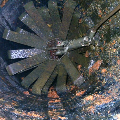 Vorab wurde die alte Gussrohrleitung unter anderem mit einem Stahlfedermolch gereinigt. Foto: D&S Rohrsanierung