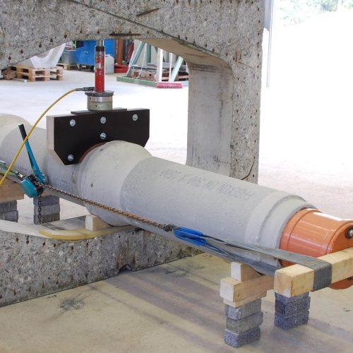 Foto 3: Versuchsaufbau in der IKT-Versuchshalle: Einleitung einer Scherlast mittels Hydraulikzylinder. Foto: IKT