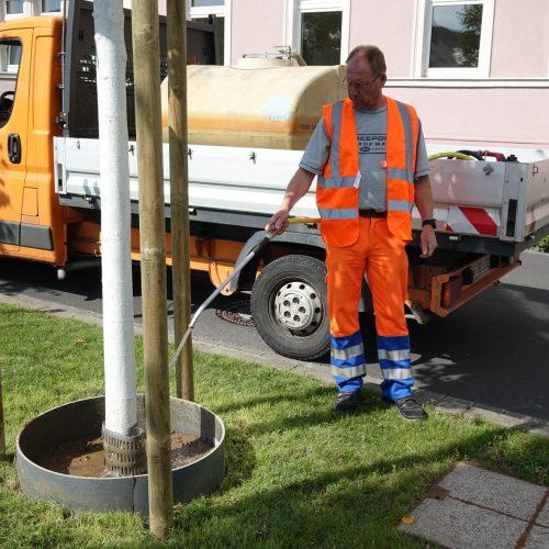 Ein Gießmengenanzeiger an der Innenseite des Gießringes zeigt dem Mitarbeiter des Servicebetriebs, ob die Füllmenge von bis zu 100 l erreicht ist.  Foto: Funke Kunststoffe GmbH