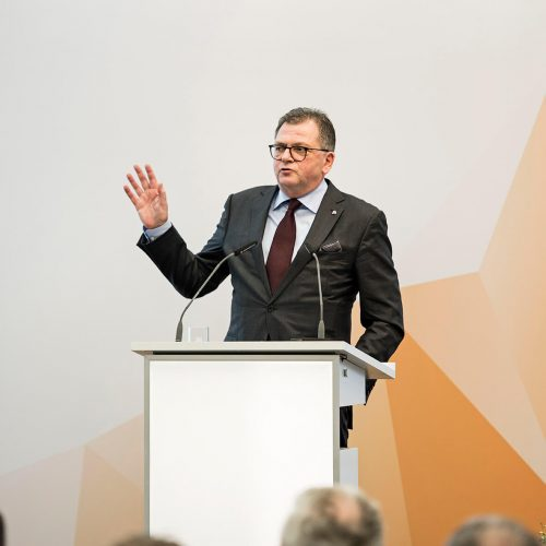 """rbv-Präsident Fritz Eckard Lang in seiner Einleitung: """"Wenn nicht jetzt, wann dann sollen die Investitionen getätigt werden?"""" Foto: Rohrleitungsbauverband"""