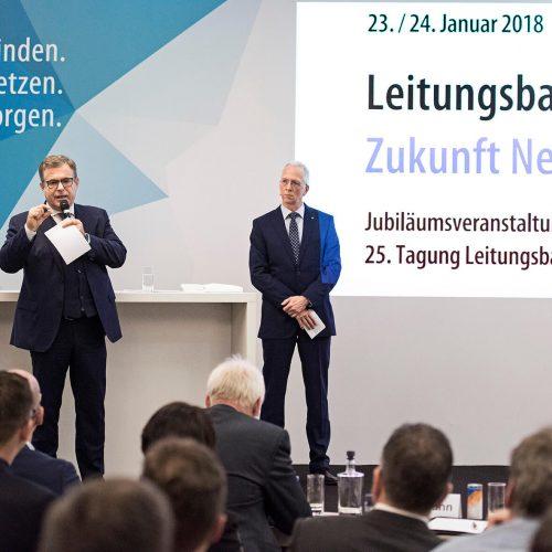 """HDB-Hauptgeschäftsführer Dieter Babiel (l.): """"Die Zeichen in der Bauwirtschaft stehen 2018 auf Wachstum. Der Produktivitätsfortschritt darf nicht zu Lasten der Qualität gehen. Diese braucht die anerkannten Regeln der Technik."""" Foto: Rohrleitungsbauverband"""