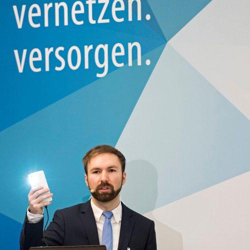 Christoph Ritter hackt berufsmäßig – und legal. Der IT-Sicherheitsexperte demonstrierte live, wie leicht sich Systeme kompromittieren ließen. Foto: Rohrleitungsbauverband