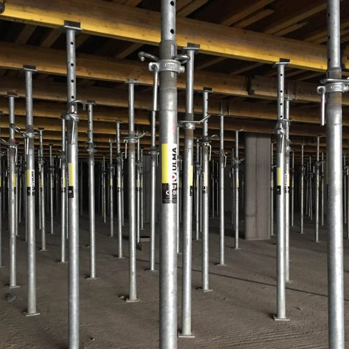 Rund 1.000 Stahlrohr-Deckenstützen dienen der Unterstellung der Tiefgaragendecke.  Foto: ULMA