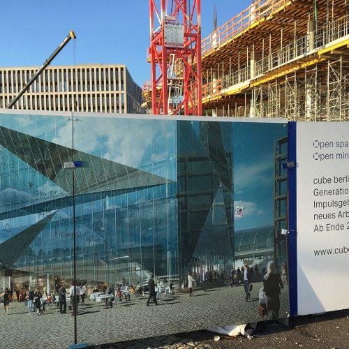 Gegenwart und Zukunft des cube berlin: Eine Computeranimation zeigt, wie der gläserne Würfel einmal aussehen wird. Foto: ULMA