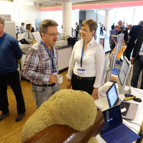 Der fachliche Austausch stand in der forumsbegleitenden Fachausstellung im Fokus. Foto: TAH