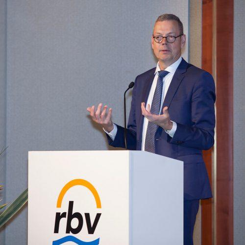 Als Mitglied im Sachverständigenrat berät Dr. Peter Bofinger die Bundesregierung in Wirtschaftsfragen. Foto: Rohrleitungsbauverband