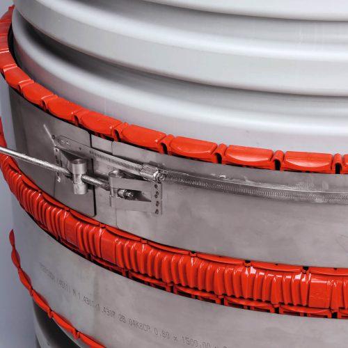 Die Funke VPC®-Rohrkupplung XXL besteht aus einer reduzierbaren Dichtmanschette aus Elastomergummi, einem zentrisch reduzierbaren Fixierkorb aus Kunststoff sowie zwei Edelstahlbändern zur Krafteinleitung für eine beidseitige, separate und stufenlose Durchmesseranpassung. Foto: Funke Kunststoffe