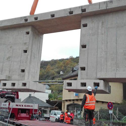Die Brückensegmente wurden mit Aussparungen versehen, durch die nach der Montage die Anker gezogen und verspannt werden konnten. Foto: Heinrich Walter Bau GmbH