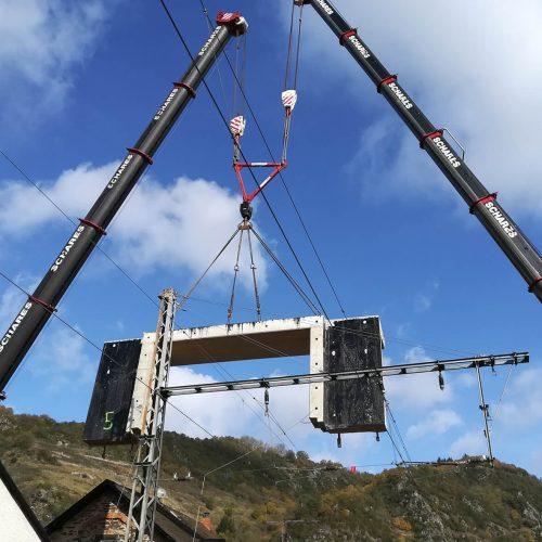 Millimeterarbeit: 6 Mobilkrane übernahmen die Aufgabe, die Stahlbetonhalbrahmenelemente unter den Oberleitungen einzufädeln. Foto: Heinrich Walter Bau GmbH
