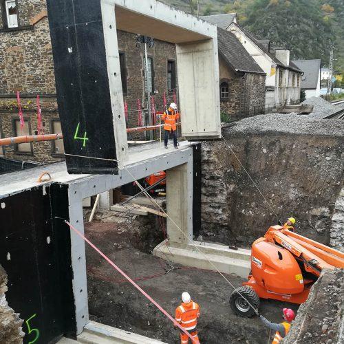 Wie ein Puzzle: An der Einbaustelle wurden die nummerierten Fertigteilelemente wieder zu einem Brückenbauwerk zusammengesetzt. Foto: Heinrich Walter Bau GmbH