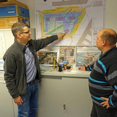 Züblin-Bauleiter Christian Schumacher (li.) und Ulma-Projektingenieur Werner Olschewski bei der Planung des Schalungseinsatzes für den nächsten Rohbauabschnitt. Foto: ULMA