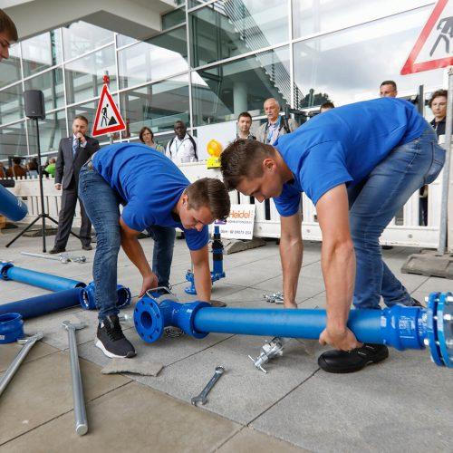 """Die Teams der """"Leitungsbau Challenge"""" stellten ihr Können bei der regelkonformen Umsetzung von Aufgaben aus den Bereichen der Wasserversorgung auf der Aktionsfläche der Messe unter Beweis. Foto: Rohrleitungsbauverband"""