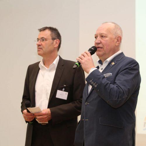 Mario Jahn, Geschäftsführer der rbv GmbH (l.), und Eckhard Wersel, Vorsitzender des FHRK Fachverband Hauseinführungen für Rohre und Kabel e. V., begrüßen die Teilnehmer der 1. Kompetenztage Netzanschluss und Hauseinführung.  Foto: Rohrleitungsbauverband