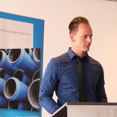 """Pascal Hagmans, Klassensprecher des 12. Kölner Netzmeister-Lehrgangs, erinnerte an die """"harten Zeiten"""", die hinter den Teilnehmern liegen.  Foto: Rohrleitungsbauverband"""