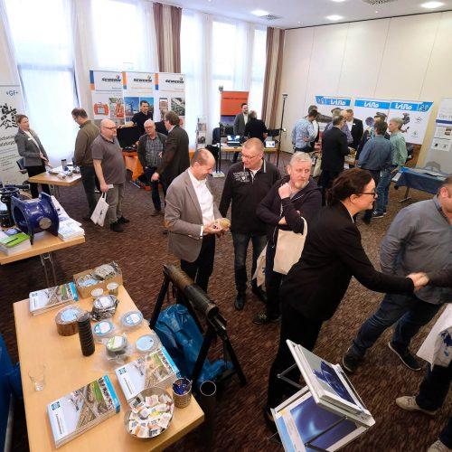 Unmittelbar angrenzend an die Vortragsräume fand die begleitende Fachausstellung statt. Foto: Rohrleitungsbauverband