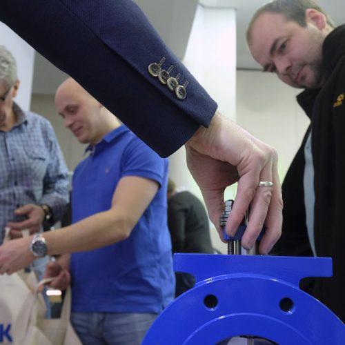 Die Teilnehmer nutzten die Gelegenheit, sich aus erster Hand über die ausgestellten Produkte und Verfahren zu informieren. Foto: Rohrleitungsbauverband