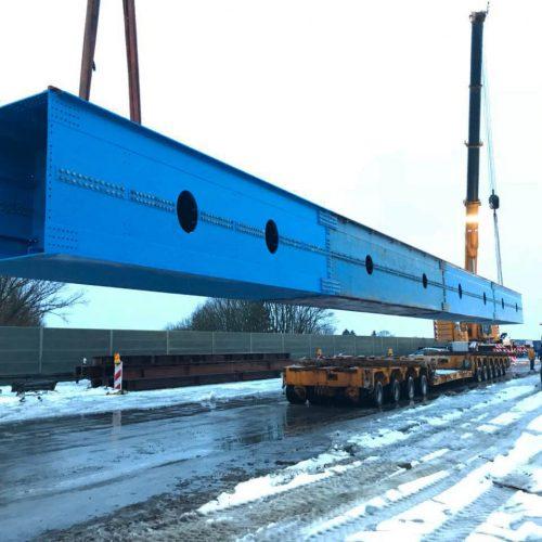 Ein Tieflader bringt die Kastenträgersegmente im November 2017 auf die Baustelle. Foto: thyssenkrupp Infrastructure