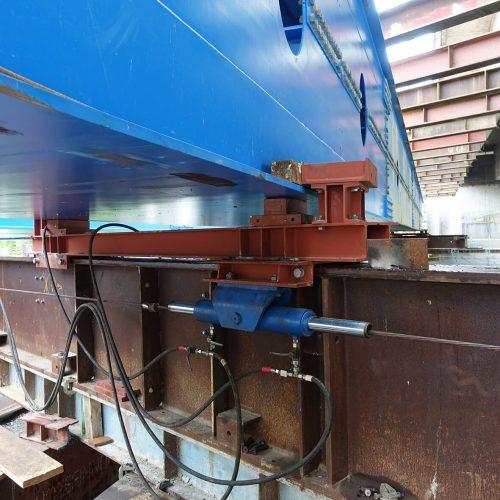 Die Verschubschlitten auf der Unterstützungskonstruktion werden per Hydraulikvorschubanlage verschoben.  Foto: thyssenkrupp Infrastructure