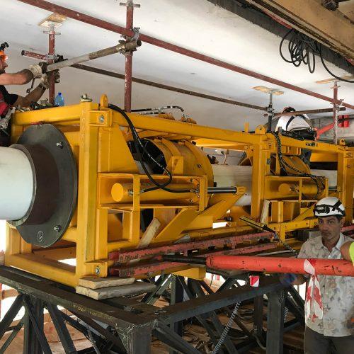 Das Gesenk mit zwei Pushern wurde in Höhe der sanierenden Leitung auf einem Arbeitspodest installiert und gegen den Brückenkörper verspannt.  Foto: DIRINGER & SCHEIDEL ROHRSANIERUNG