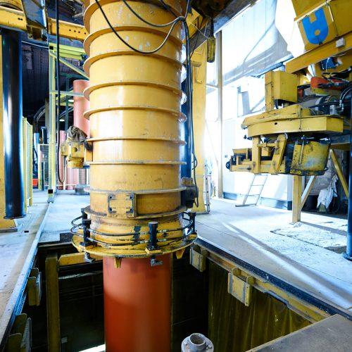 """Während der Produktion erhalten die Kunststoffrohre einen """"schützenden Mantel"""" aus Beton. Foto: Gebr. Fasel Betonwerke GmbH"""