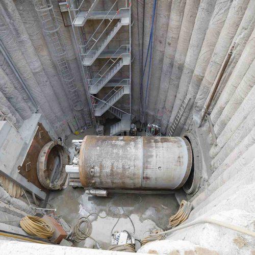Das Widerlager in der Doppelstartbaugrube ist für den zweiten Vortrieb errichtet und die Vortriebsmaschine ausgerichtet. Foto: Güteschutz Kanalbau